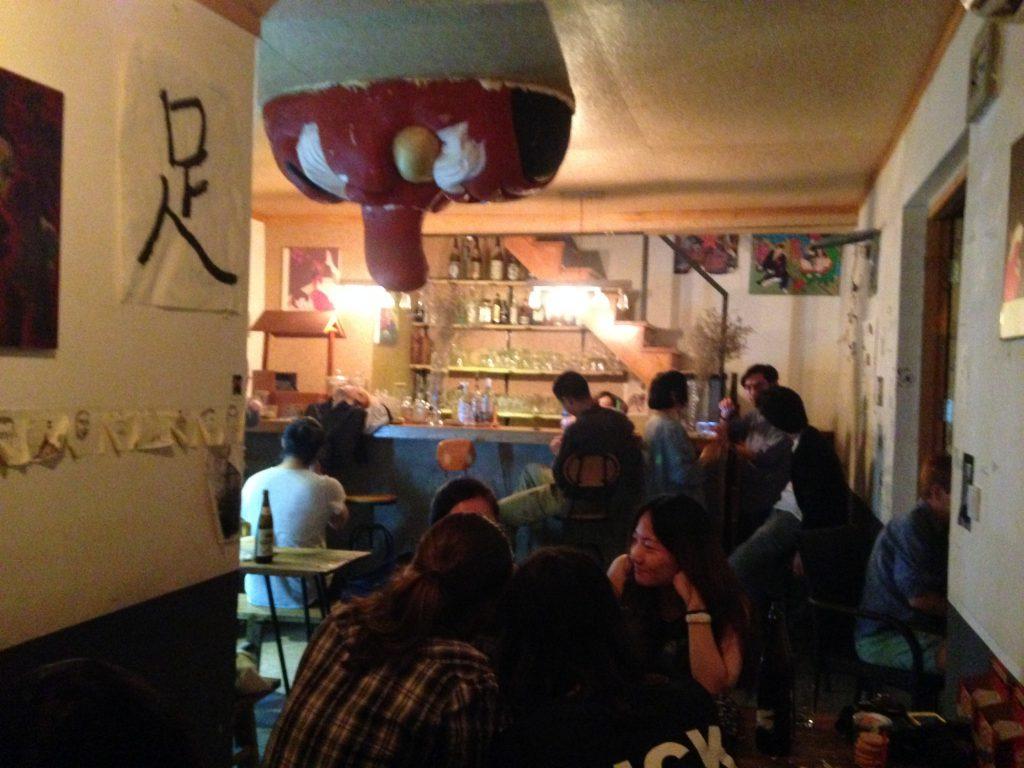 北京のとあるバー。若手実験音楽家やアーティストが深夜に集まる。