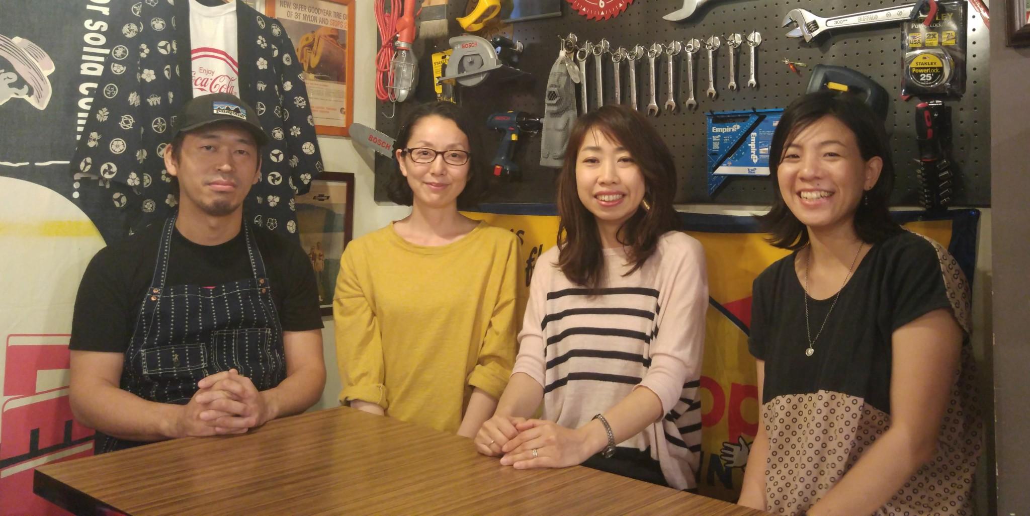 왼쪽으로부터 오오타니 아키라씨, 쿠시다 카오리씨, 야마다 사치코씨, 다나카 에렌씨. 도쿄 다이닝에서