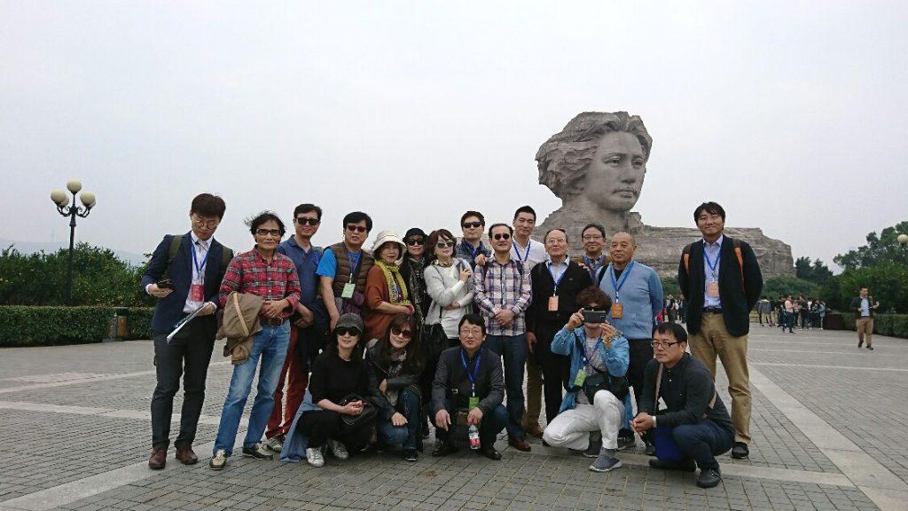 橘子洲 毛沢東青年像を背景に、韓国代表団と